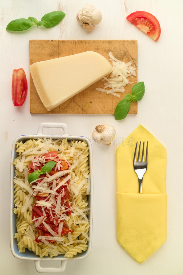 Ιταλικά σπιτικά ζυμαρικά με τη σάλτσα, το βασιλικό και την παρμεζάνα ντοματών che στοκ φωτογραφία