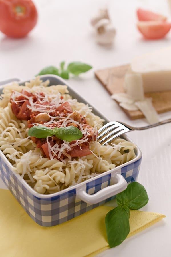 Ιταλικά σπιτικά ζυμαρικά με τη σάλτσα, το βασιλικό και την παρμεζάνα ντοματών che στοκ εικόνες