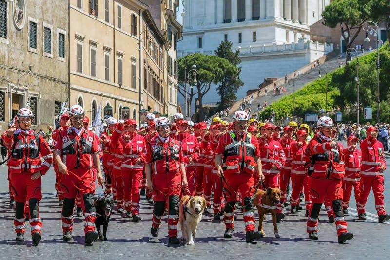 Ιταλικά στρατεύματα Ερυθρών Σταυρών με τα σκυλιά που εκπαιδεύονται για τις αποστολές διάσωσης στοκ εικόνα