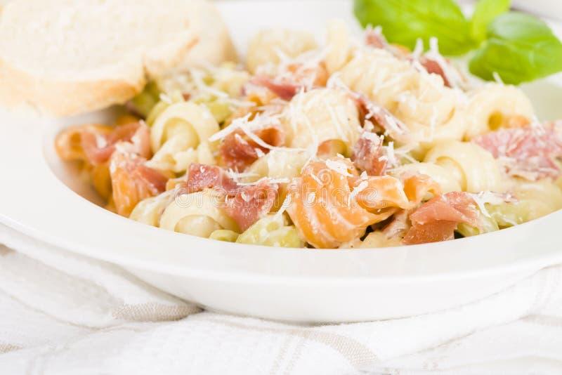 Ιταλικά τρίχρωμα ζυμαρικά με την κρεμώδη σάλτσα στοκ εικόνες