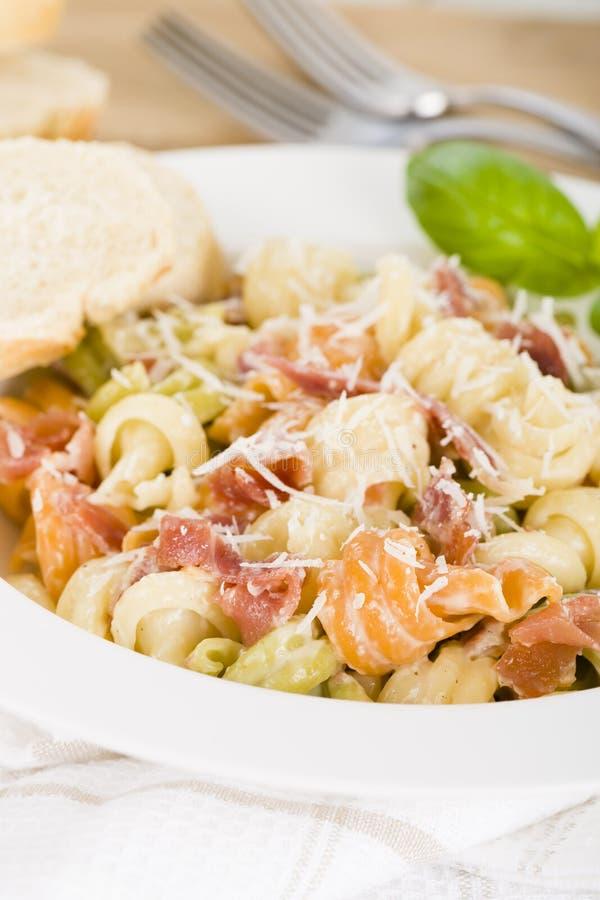 Ιταλικά τρίχρωμα ζυμαρικά με την κρεμώδη σάλτσα στοκ εικόνα με δικαίωμα ελεύθερης χρήσης