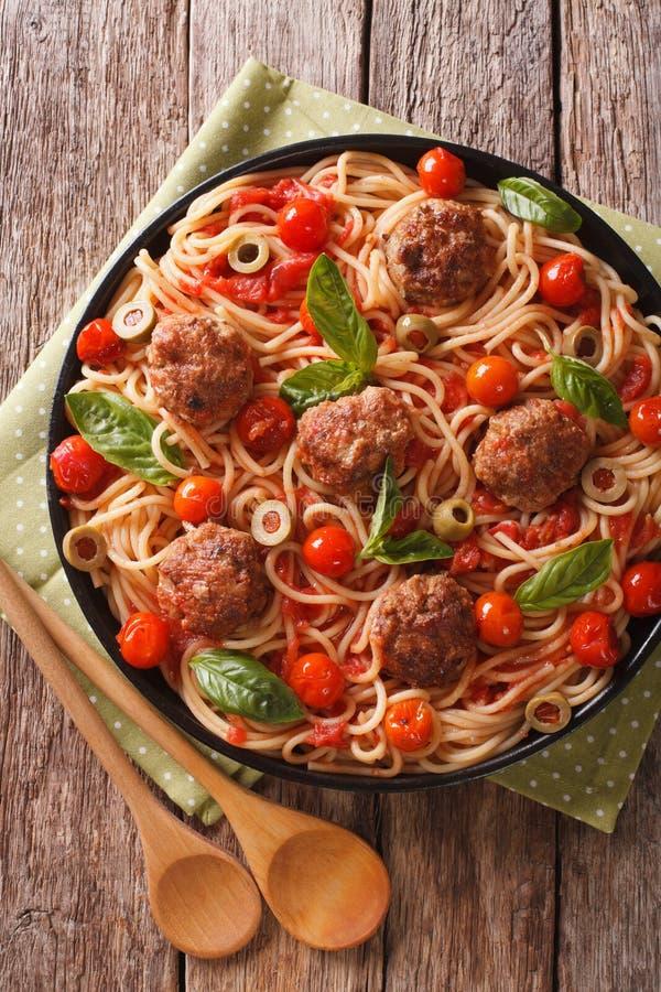 Ιταλικά τρόφιμα: μακαρόνια με τα κεφτή και την κινηματογράφηση σε πρώτο πλάνο σάλτσας ντοματών στοκ φωτογραφία με δικαίωμα ελεύθερης χρήσης