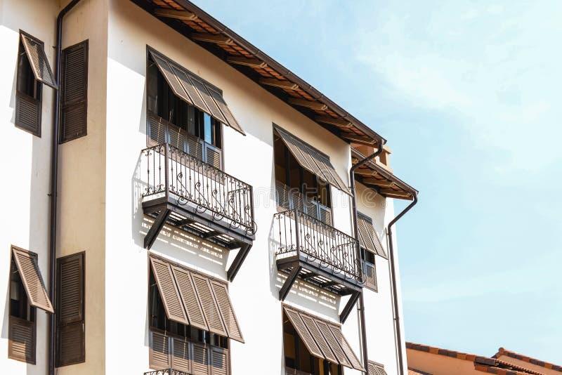 Ιταλική κορυφή στεγών οικοδόμησης και άποψη παραθύρων στοκ εικόνες