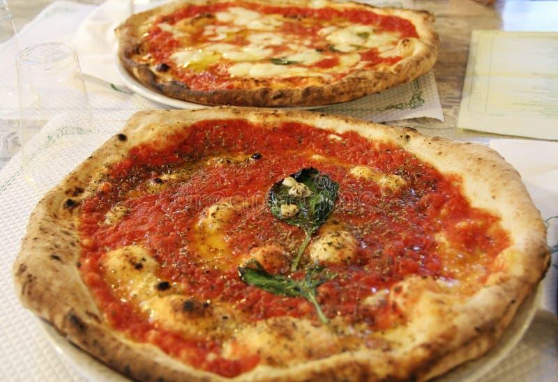 Ιταλική πίτσα με τις ντομάτες, το τυρί και το βασιλικό Νάπολη στοκ φωτογραφίες με δικαίωμα ελεύθερης χρήσης