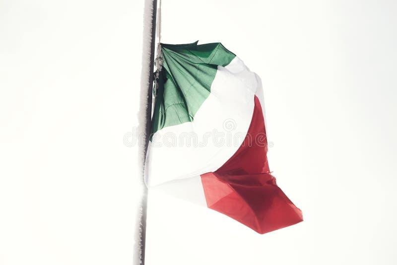 Ιταλικοί κυματισμοί σημαιών σε ένα άσπρο τοπίο και χιονώδης στοκ εικόνα με δικαίωμα ελεύθερης χρήσης
