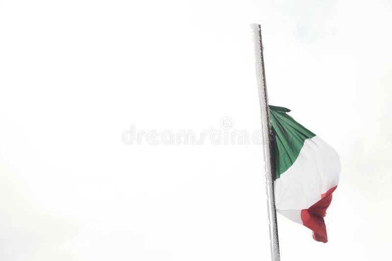 Ιταλικοί κυματισμοί σημαιών σε ένα άσπρο τοπίο και χιονώδης στοκ φωτογραφίες
