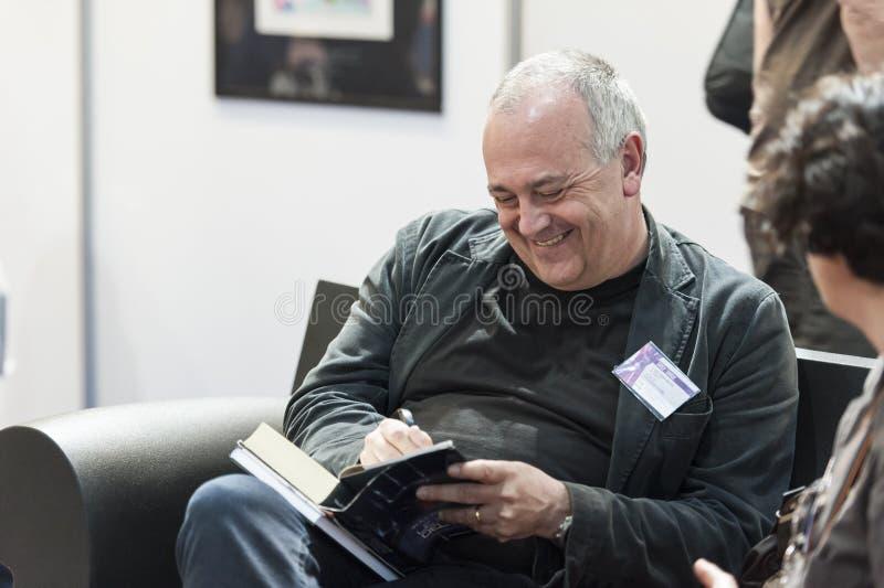 Ιταλικός μυθιστοριογράφος Avoledo Tullio που αφιερώνει το βιβλίο του στοκ φωτογραφία με δικαίωμα ελεύθερης χρήσης