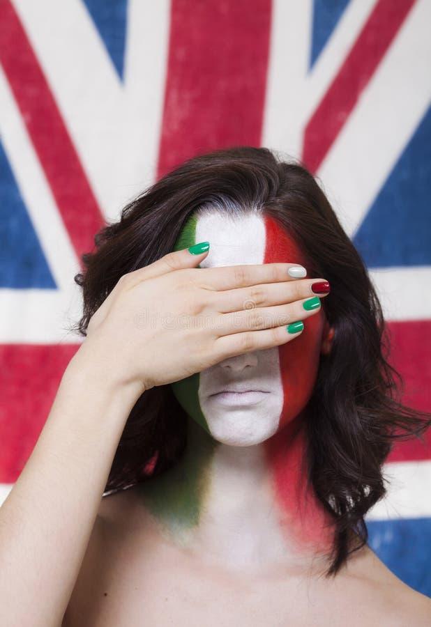 Ιταλικός υποστηρικτής για τη FIFA 2014 που καλύπτει τα μάτια της κατά τη διάρκεια της Ιταλίας Β στοκ φωτογραφία με δικαίωμα ελεύθερης χρήσης