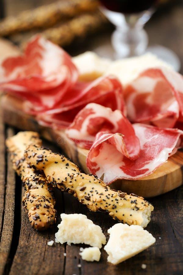 Ιταλικό ζαμπόν με τα breadsticks στοκ εικόνα με δικαίωμα ελεύθερης χρήσης