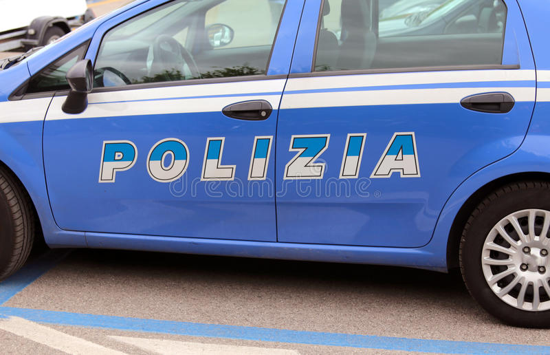 Ιταλικό μπλε περιπολικό της Αστυνομίας στην οδό στοκ εικόνες