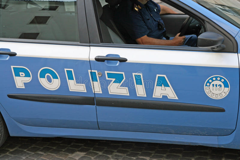 Ιταλικό περιπολικό της Αστυνομίας με γραπτό Polizia στοκ φωτογραφία με δικαίωμα ελεύθερης χρήσης