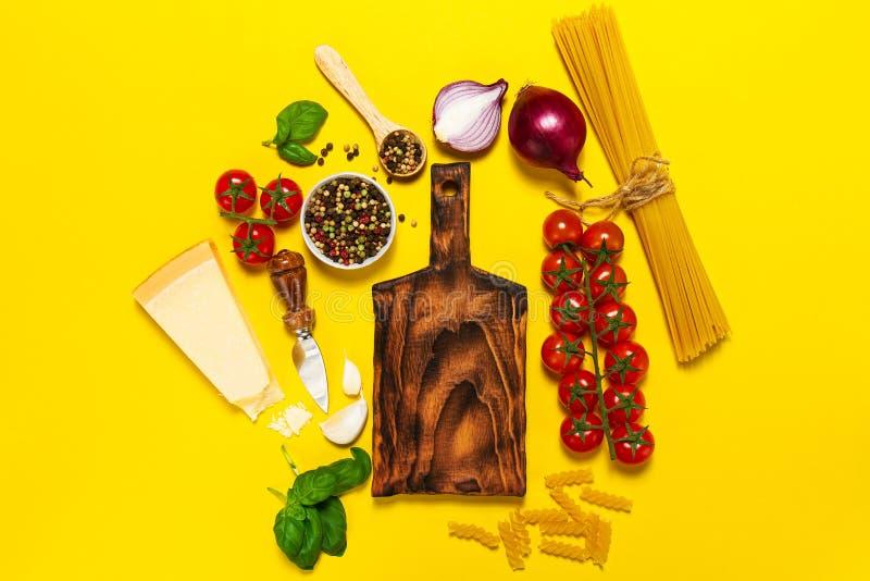 Ιταλικό τρόφιμα ή υπόβαθρο συστατικών με τα φρέσκα λαχανικά, PA στοκ φωτογραφία με δικαίωμα ελεύθερης χρήσης