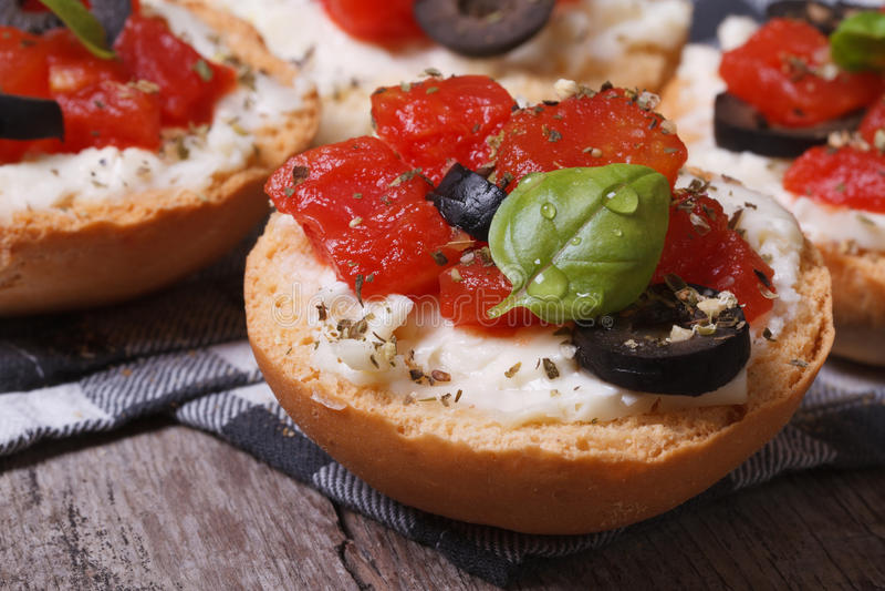 Ιταλικό bruschetta με τις ντομάτες, το τυρί φέτας και τις ελιές στοκ φωτογραφίες με δικαίωμα ελεύθερης χρήσης