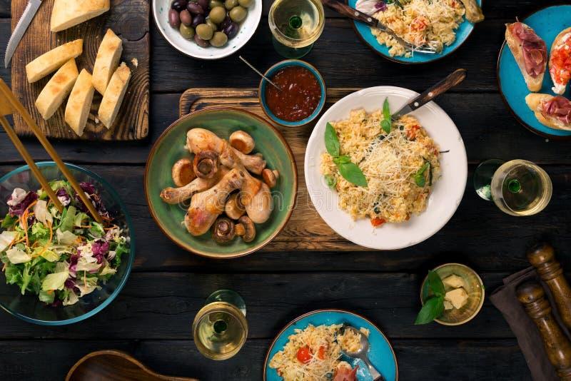 Ιταλικό risotto, ψημένα πόδια κοτόπουλου, πρόχειρα φαγητά και κρασί στοκ φωτογραφία με δικαίωμα ελεύθερης χρήσης