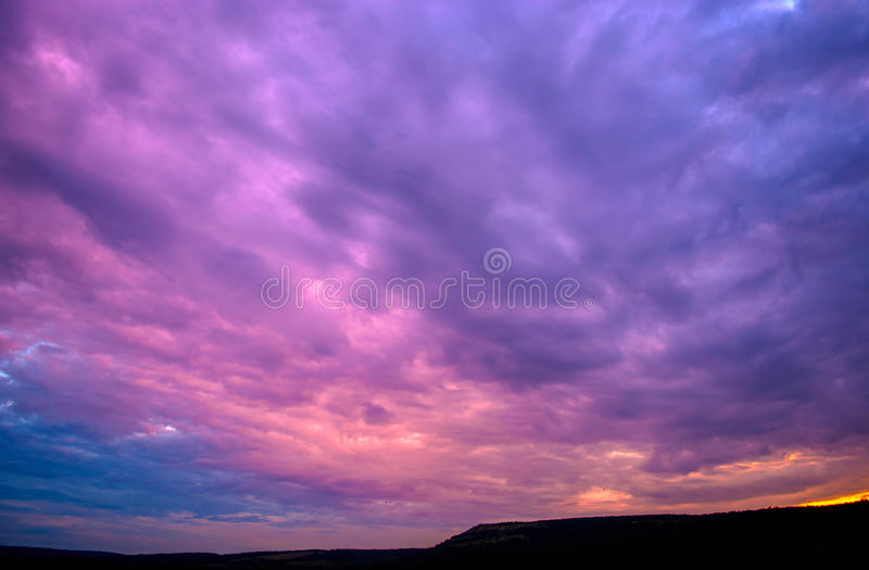 Ιώδες ηλιοβασίλεμα με τα σύννεφα στοκ εικόνα με δικαίωμα ελεύθερης χρήσης
