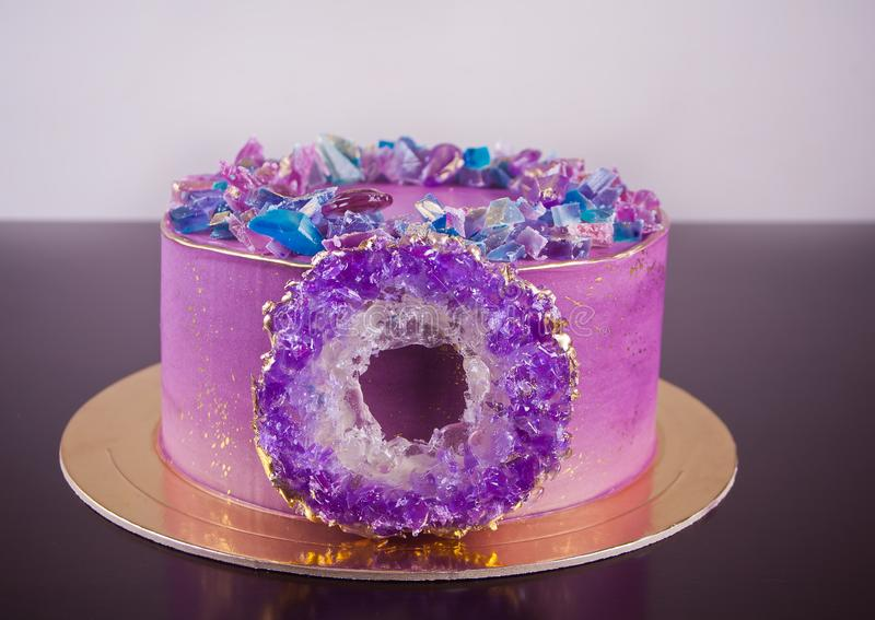 Ιώδες κέικ με το αμεθύστινο δαχτυλίδι isomalt - καθιερώνον τη μόδα ντεκόρ για το κέικ και μαρμελάδα ως αμέθυστους στοκ φωτογραφία με δικαίωμα ελεύθερης χρήσης