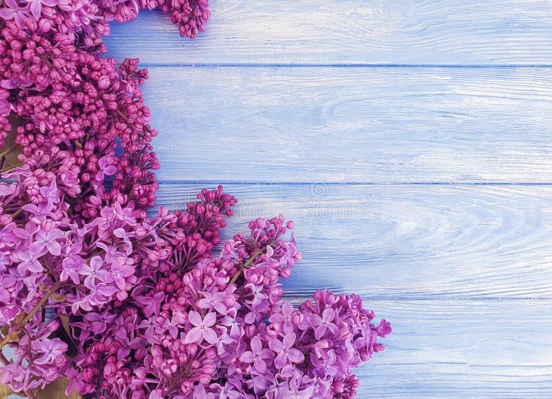 Ιώδες σχέδιο ανθοδεσμών λουλουδιών που χαιρετά το όμορφο ντεκόρ μπλε σε ξύλινο στοκ εικόνες