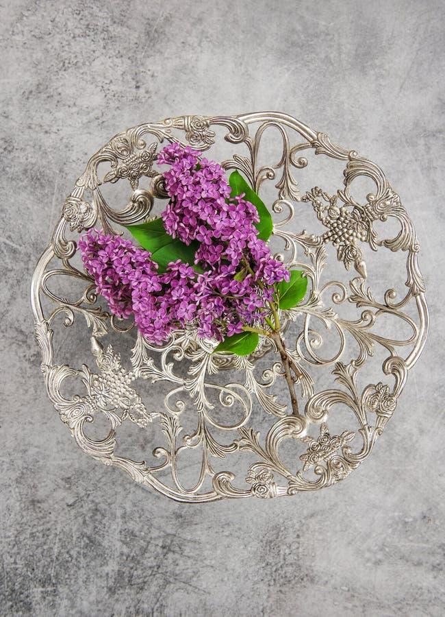 Ιώδες υπόβαθρο πετρών πιάτων λουλουδιών εκλεκτής ποιότητας ασημένιο στοκ φωτογραφία με δικαίωμα ελεύθερης χρήσης