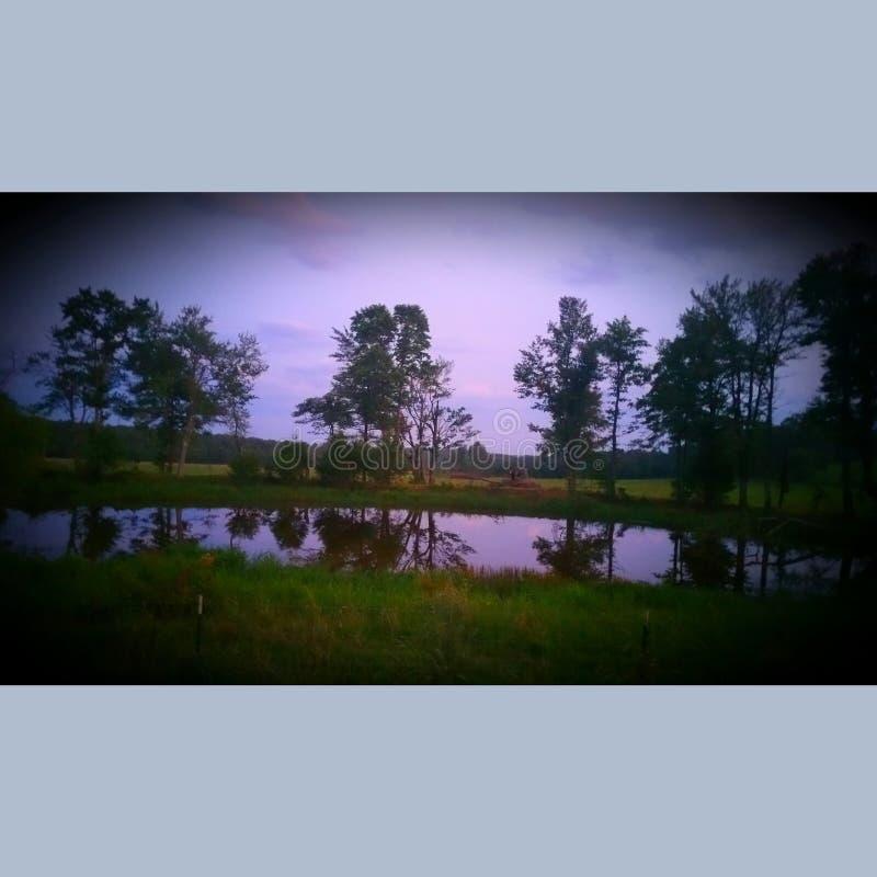 Ιώδης λίμνη καθρεφτών στοκ φωτογραφία