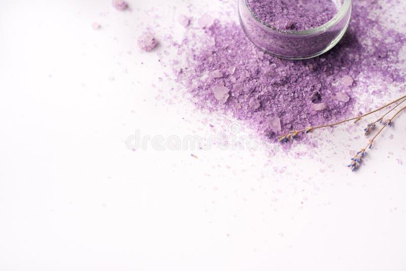 Ιώδης sea salt Spa Πορφυρά αλατισμένα, ξηρά lavender λουλούδια Θέση για το γράψιμό σας σε ένα άσπρο υπόβαθρο στοκ εικόνα