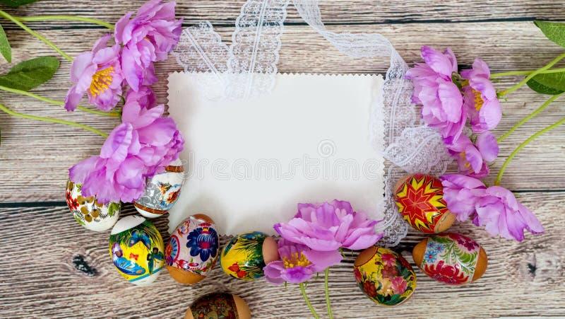 Κάρτα Πάσχας Αυγά Πάσχας στο ξύλινο υπόβαθρο στοκ εικόνες με δικαίωμα ελεύθερης χρήσης