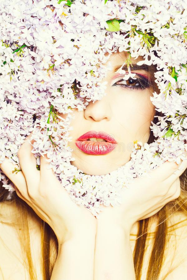 Ιώδη λουλούδια γύρω από το πρόσωπο κοριτσιών στοκ εικόνα με δικαίωμα ελεύθερης χρήσης