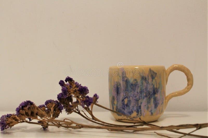 Ιώδη λουλούδια και φλυτζάνι με πολλά χρώματα στοκ εικόνες