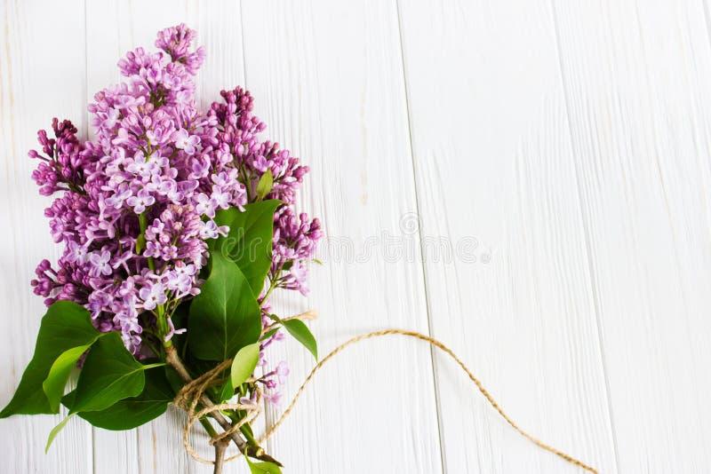Ιώδη λουλούδια στον ξύλινο πίνακα χαιρετισμός καλή χρονιά καρτών του 2007 στοκ εικόνα