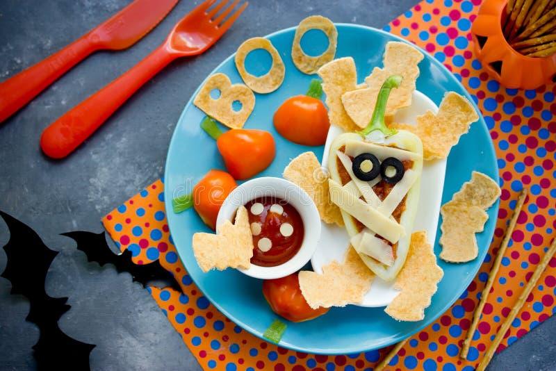 Ιδέα τέχνης τροφίμων διασκέδασης για τις παιδικές τροφές - γεμισμένη μούμια πιπεριών κουδουνιών με στοκ εικόνες με δικαίωμα ελεύθερης χρήσης