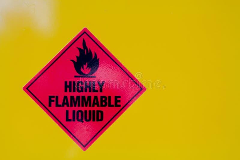 Ιδιαίτερα εύφλεκτο υγρό σημάδι ενάντια σε ένα κίτρινο backround στοκ φωτογραφίες