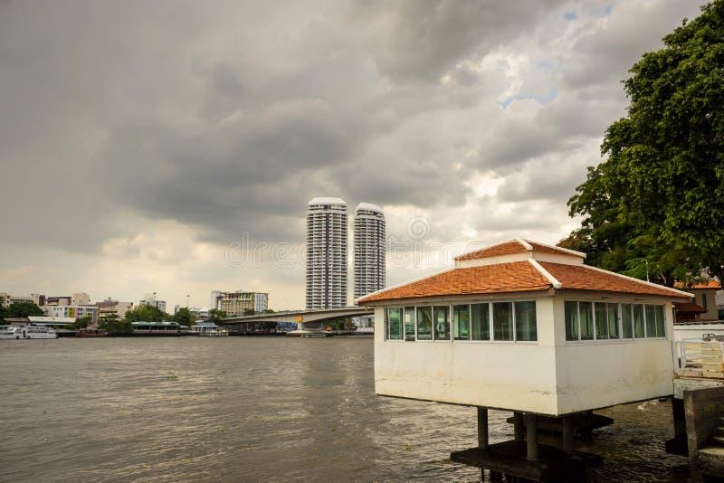 Ιδιωτικά κτήρια κατά μήκος του ποταμού στη Μπανγκόκ στοκ φωτογραφία με δικαίωμα ελεύθερης χρήσης