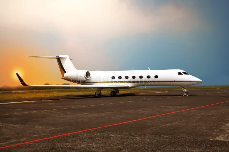 Ιδιωτικός αεριωθούμενος χώρος στάθμευσης αεροπλάνων στον αερολιμένα στοκ εικόνες με δικαίωμα ελεύθερης χρήσης
