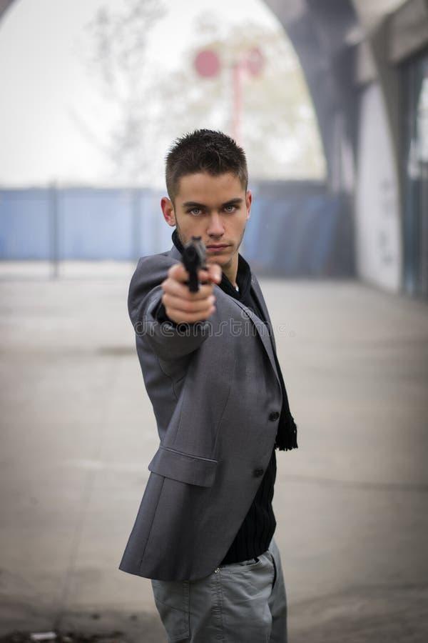 Ιδιωτικός αστυνομικός ή mobster ή αστυνομικός που στοχεύει ένα πυροβόλο στοκ φωτογραφίες με δικαίωμα ελεύθερης χρήσης