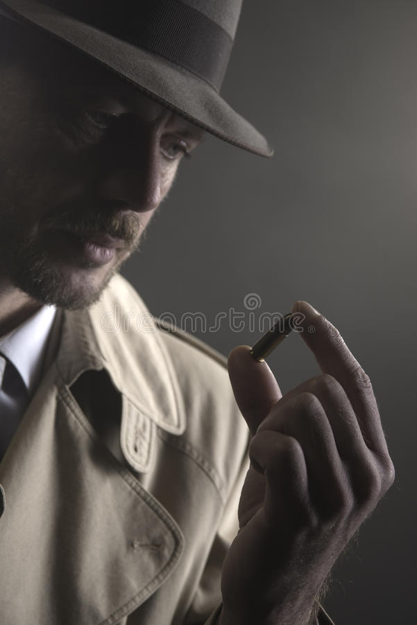 Ιδιωτικός αστυνομικός που κρατά μια σφαίρα στοκ φωτογραφίες