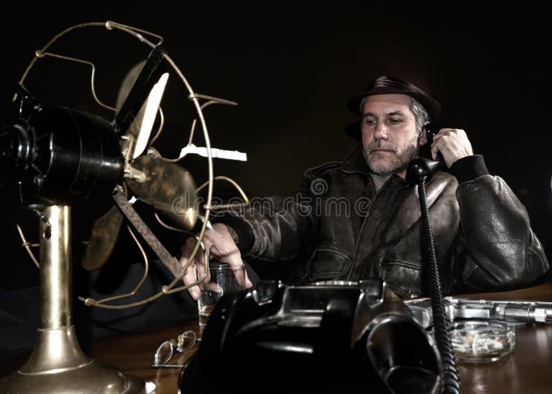 Ιδιωτικός αστυνομικός στο γραφείο του στοκ φωτογραφία με δικαίωμα ελεύθερης χρήσης