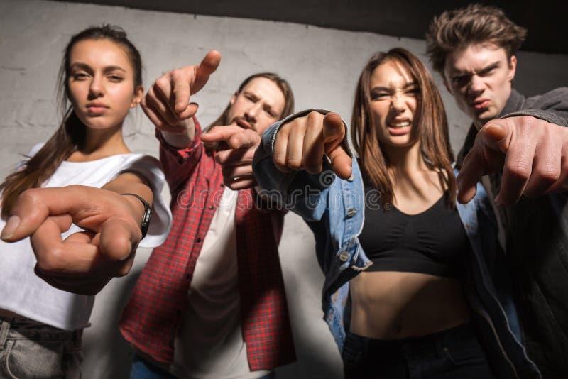 Ι φίλοι hipsters που στέκονται πέρα από το γκρίζο υπόβαθρο στοκ εικόνες με δικαίωμα ελεύθερης χρήσης