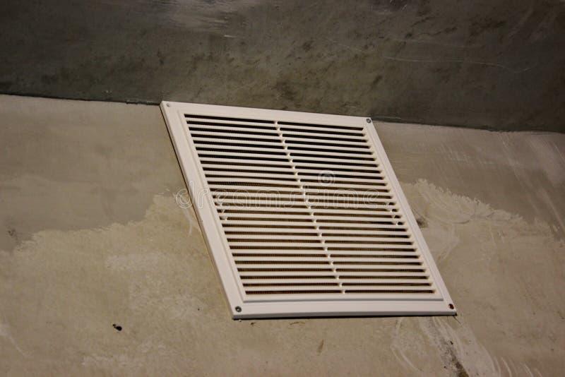 Κάγκελα εξαερισμού στο διαμέρισμα χωρίς λήξη συμπαγείς τοίχοι με τα άσπρα κάγκελα αέρα στοκ εικόνες με δικαίωμα ελεύθερης χρήσης