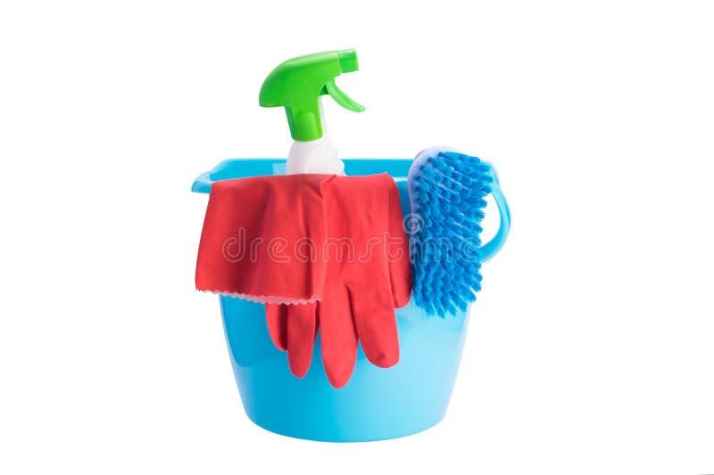 Κάδος με τα στοιχεία και τα καθαρίζοντας προϊόντα τον υγρό καθαρισμό, που απομονώνεται για στο λευκό στοκ εικόνα με δικαίωμα ελεύθερης χρήσης