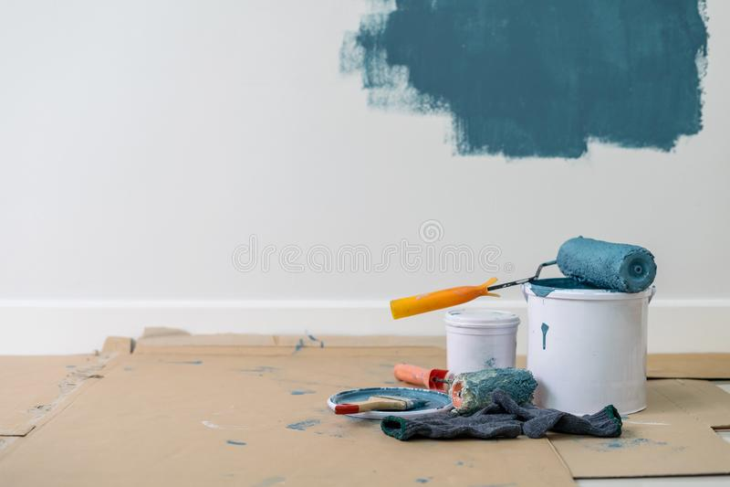 Κάδος χρωμάτων με τον κύλινδρο, το γάντι και τη βούρτσα στοκ φωτογραφία με δικαίωμα ελεύθερης χρήσης