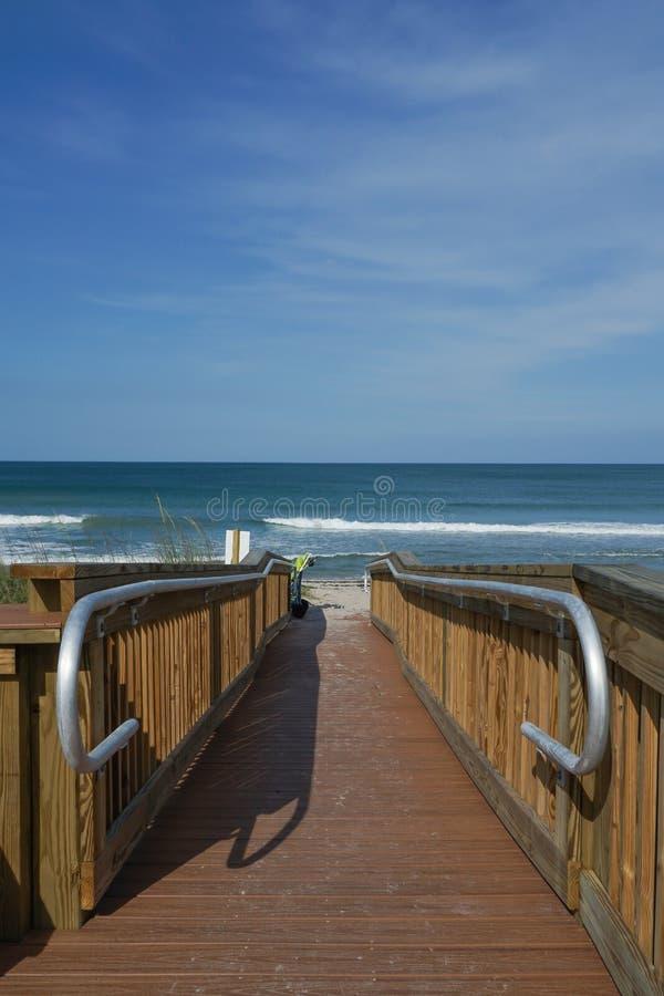 Κάθετη άποψη μιας κενής ξύλινης διάβασης στην παραλία στοκ φωτογραφίες
