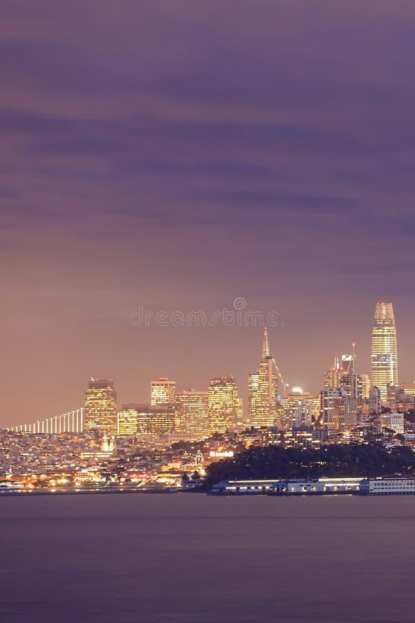 Κάθετη άποψη σκηνής του Σαν Φρανσίσκο πέρα από το νερό στοκ εικόνα