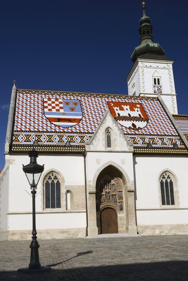 Κάθετη άποψη της εκκλησίας των σημαδιών του ST στο Ζάγκρεμπ, Κροατία στοκ φωτογραφίες
