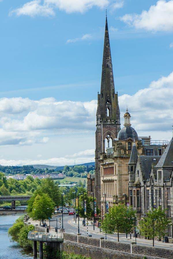 Κάθετη άποψη του καθεδρικού ναού και του ποταμού στο Περθ Σκωτία στοκ φωτογραφία με δικαίωμα ελεύθερης χρήσης