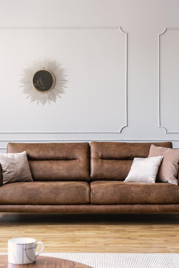 Κάθετη άποψη του μεγάλου άνετου καναπέ δέρματος στο ελάχιστο εσωτερικό καθιστικών στοκ φωτογραφία με δικαίωμα ελεύθερης χρήσης