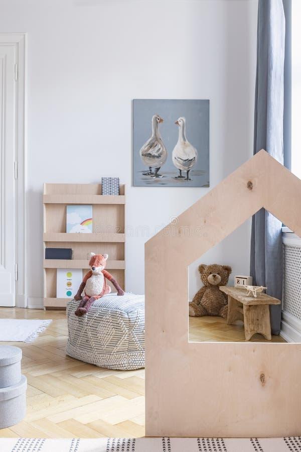 Κάθετη άποψη του μοντέρνου δωματίου παιδιών με το μαξιλάρι πουφ και τα παιχνίδια, πραγματική φωτογραφία στοκ φωτογραφία με δικαίωμα ελεύθερης χρήσης