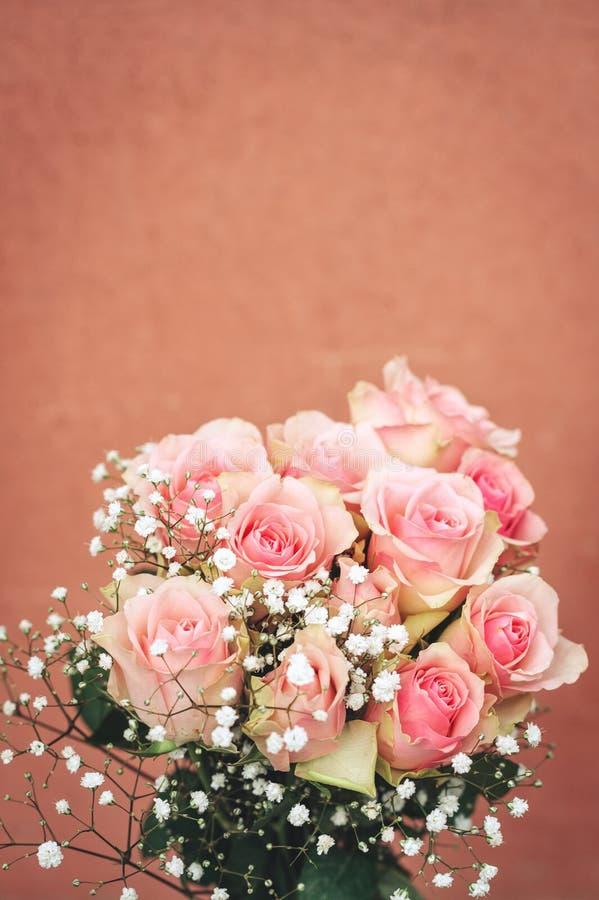 Κάθετη εικόνα των τρυφερών ρόδινων τριαντάφυλλων στοκ εικόνα με δικαίωμα ελεύθερης χρήσης