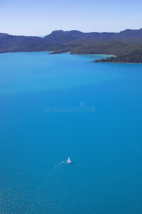 Κάθετη κεραία πανοράματος της πλέοντας βάρκας σε Whitsundays, Queensland Αυστραλία στοκ φωτογραφίες με δικαίωμα ελεύθερης χρήσης