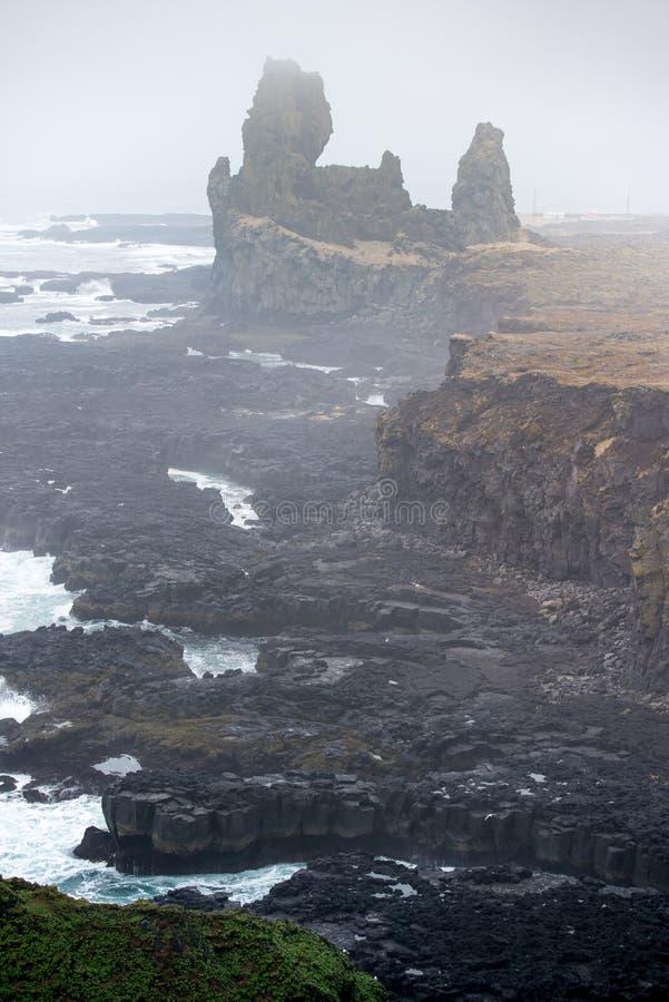 Κάθετη δραματική ομίχλη απότομων βράχων βασαλτών Londrangar στην Ισλανδία στοκ εικόνες