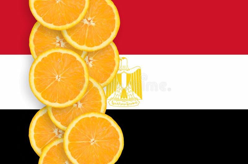 Κάθετη σειρά φετών σημαιών της Αιγύπτου και εσπεριδοειδούς στοκ εικόνα