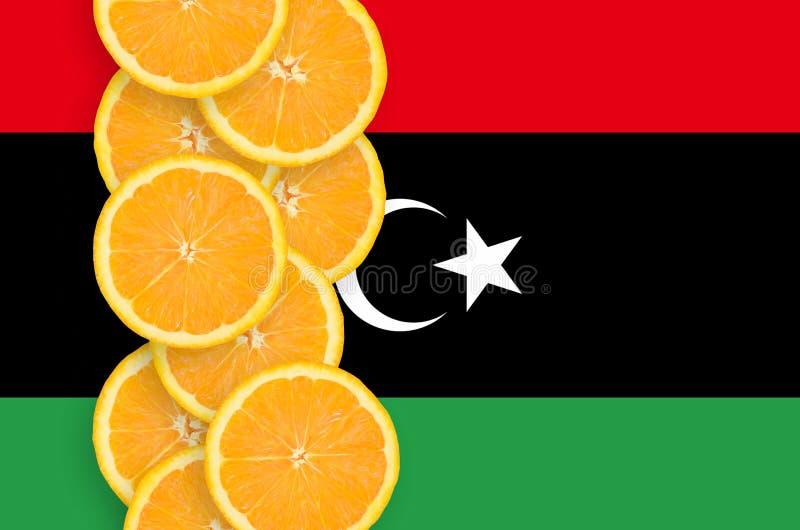 Κάθετη σειρά φετών σημαιών της Λιβύης και εσπεριδοειδούς στοκ εικόνες